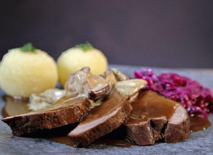 wildschweinkeule-mit-apfelrotkohl-und-kartoffelklöße.jpg